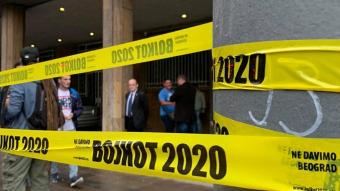 Aktivisti Ne davimo Beograd opasali stubove ispred RIK-a trakom Bojkot 2020 (VIDEO) 3