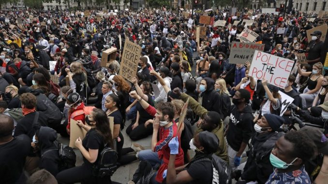 Hiljade demonstranata u Stokholmu i Helsinkiju zbog smrti Afroamerikanca Džordža Flojda 4
