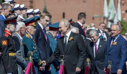 I Andrej Vučić do Putina na paradi 12