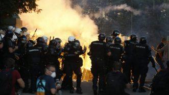 Policija rasterala demonstrante suzavcima i oklopnim vozilima iz centra Beograda (VIDEO, FOTO) 22