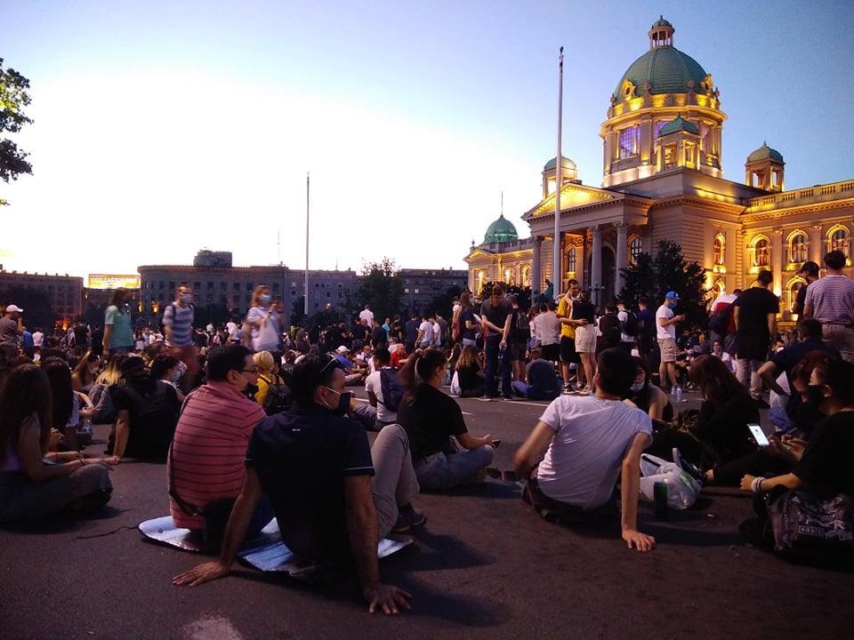 Treće veče protesta prošlo bez većih incidenata (FOTO, VIDEO) 7