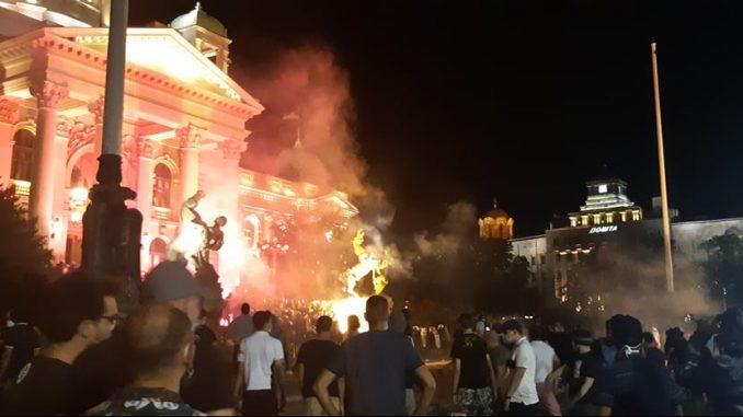 UNS: Snimatelj TV Pink lakše povređen tokom protesta u Beogradu 2