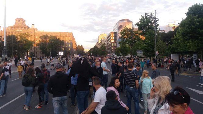 Šesti protest u Beogradu bez incidenata, uz učešće oko 1.000 ljudi (FOTO/VIDEO) 37