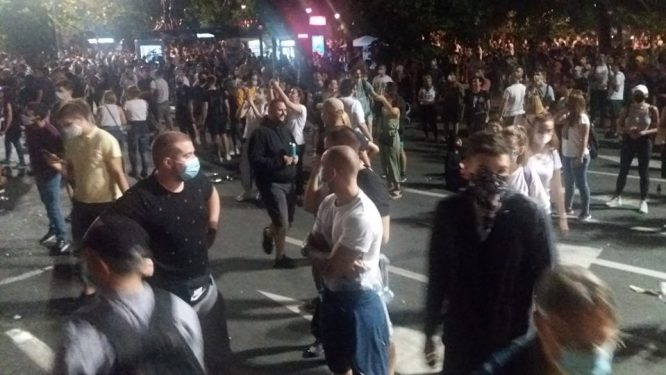 Treće veče protesta prošlo bez većih incidenata (FOTO, VIDEO) 5