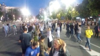 Nekoliko stotina građana pred Skupštinom na osmom protestu (FOTO) 5