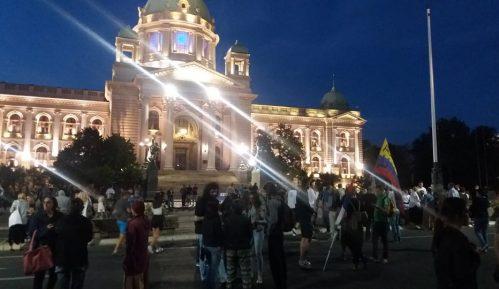 Nekoliko stotina građana pred Skupštinom na osmom protestu (FOTO) 11