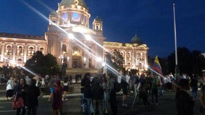 Nekoliko stotina građana pred Skupštinom na osmom protestu (FOTO) 1