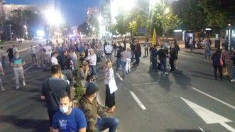 Nekoliko stotina građana pred Skupštinom na osmom protestu (FOTO) 6