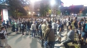 Nekoliko stotina građana pred Skupštinom na osmom protestu (FOTO) 4