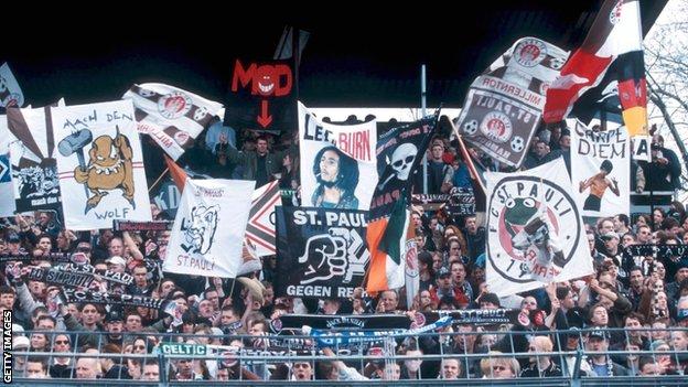 Živopisne scene sa tribina Milernora tokom utakmice u Bundesligi, 2001.
