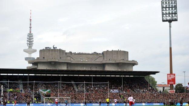 Sent Paulijev Milerntor stadion iz 2010, sa hamburškim Hajnrih Herc TV tornjem u pozadini i navijačima na vrhu bunkera iz vremena Drugog svetskog rata