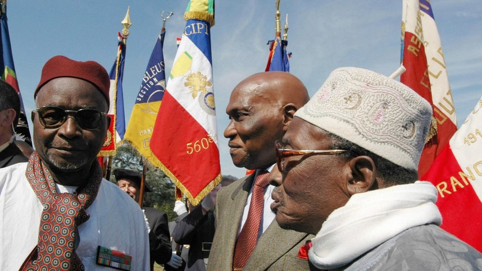 Senegal's ex-President Abdoulaye Wade (C) at Rougemont cemetery - 12 May 2005