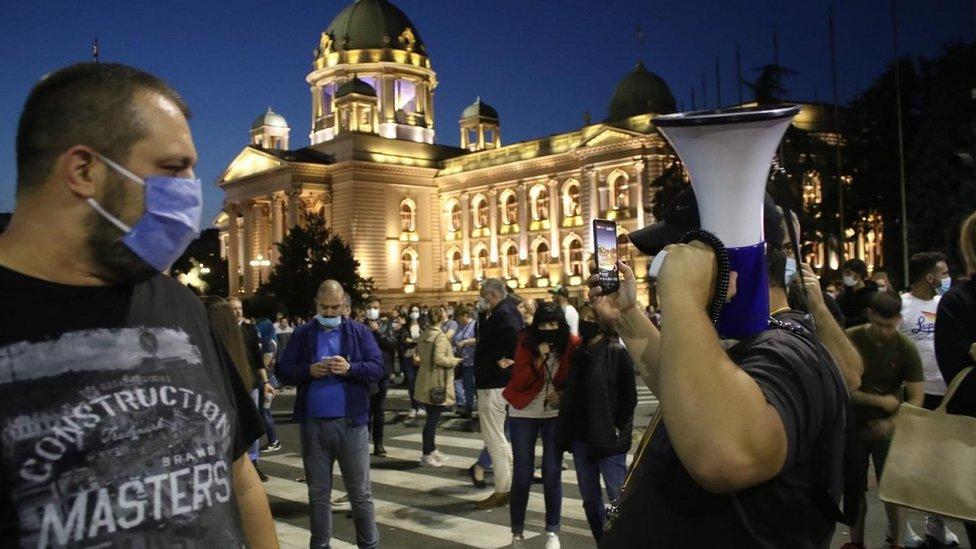 Predsednik Srbije Aleksandar Vučić je najavio da će policijski čas važiti od petka do ponedeljka