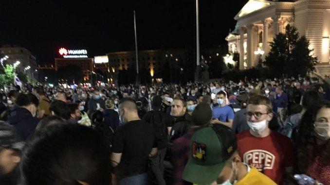 Policija izbacila grupu demonstranata iz Skupštine Srbije, protesti protiv novih mera u Beogradu 4