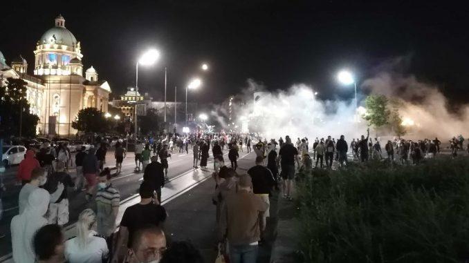 Protesti, suzavac i kamenice u Beogradu, policija izbacila grupu demonstranata iz Skupštine Srbije 2