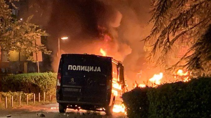 Protesti, suzavac, kamenice i konjica u Beogradu: 20 povređenih, policija oko skupštine 3