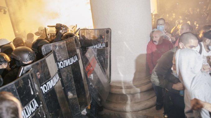 Protesti, suzavac, kamenice i konjica u Beogradu: Policija tvrdi - nije bilo prekomerne upotrebe sile, više od 60 povređenih 4
