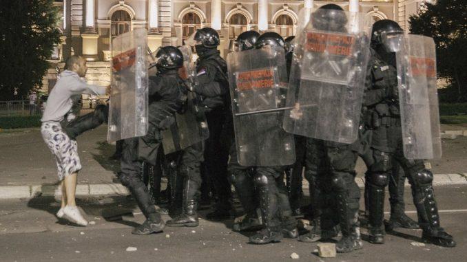 Protesti, suzavac, kamenice i konjica u Beogradu: Više od 60 povređenih - politički skup, kaže Vučić 4