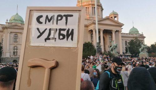 Protesti u Srbiji: Opet sukobi i suzavac u Beogradu, incidenti u Novom Sadu 19