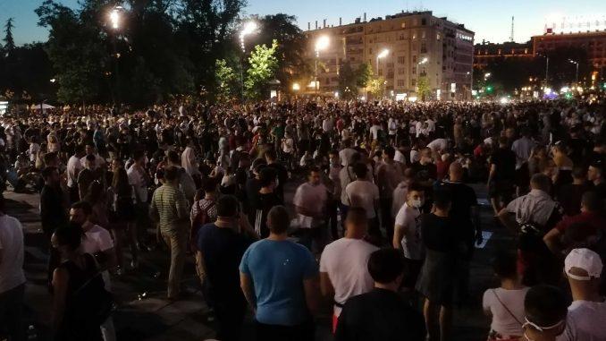Protesti u Srbiji: Kokšanje među demonstrantima ispred Skupštine Srbije u Beogradu 2