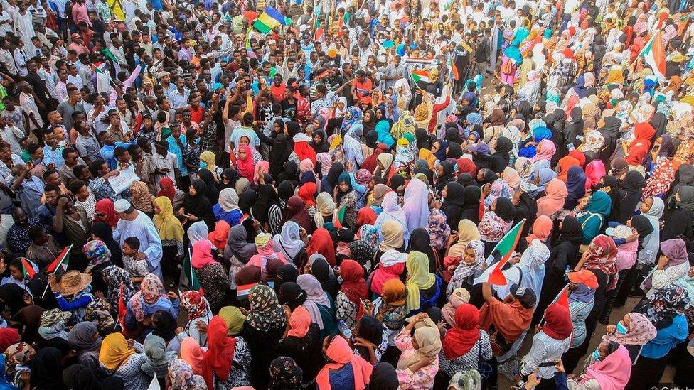 Angažovanjem široke podrške iz čitave populacije, nenasilni aktivisti imaju veće šanse da steknu podršku i među policijom i vojskom