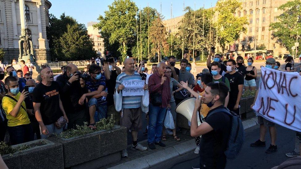 Protesti u Srbiji počeli su utorak uveče posle najave vraćanja policijskog časa u Beogradu zbog borbe protiv korona virusa