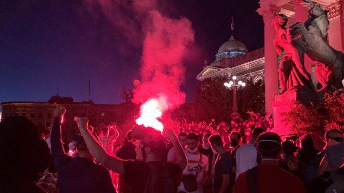 Protesti u Srbiji: Demonstrant uboden nožem ispred Skupštine, padaju petarde i baklje 4