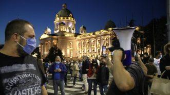 Policija potisnula demonstrante od Skupštine, ima povređenih na obe strane (FOTO/VIDEO) 14
