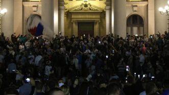 Policija potisnula demonstrante od Skupštine, ima povređenih na obe strane (FOTO/VIDEO) 20