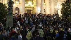 Policija potisnula demonstrante od Skupštine, ima povređenih na obe strane (FOTO/VIDEO) 19