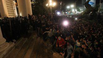 Policija potisnula demonstrante od Skupštine, ima povređenih na obe strane (FOTO/VIDEO) 10