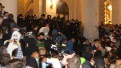 Policija potisnula demonstrante od Skupštine, ima povređenih na obe strane (FOTO/VIDEO) 8