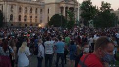 Policija rasterala demonstrante suzavcima i oklopnim vozilima iz centra Beograda (VIDEO, FOTO) 11