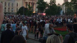 Policija rasterala demonstrante suzavcima i oklopnim vozilima iz centra Beograda (VIDEO, FOTO) 12