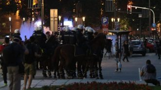 Policija rasterala demonstrante suzavcima i oklopnim vozilima iz centra Beograda (VIDEO, FOTO) 43
