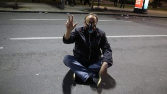 Policija rasterala demonstrante suzavcima i oklopnim vozilima iz centra Beograda (VIDEO, FOTO) 40