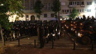 Policija rasterala demonstrante suzavcima i oklopnim vozilima iz centra Beograda (VIDEO, FOTO) 38