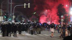 Policija rasterala demonstrante suzavcima i oklopnim vozilima iz centra Beograda (VIDEO, FOTO) 35