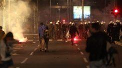 Policija rasterala demonstrante suzavcima i oklopnim vozilima iz centra Beograda (VIDEO, FOTO) 27