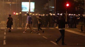 Policija rasterala demonstrante suzavcima i oklopnim vozilima iz centra Beograda (VIDEO, FOTO) 26