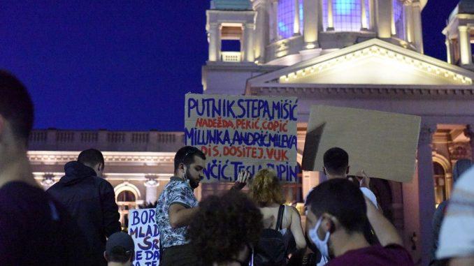 Treće veče protesta prošlo bez većih incidenata (FOTO, VIDEO) 1