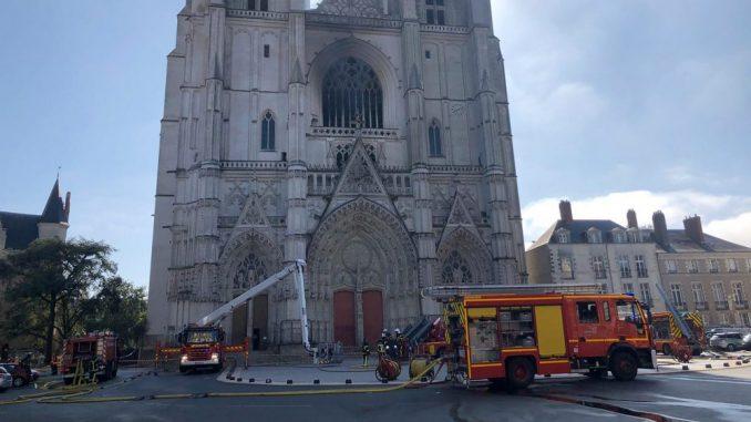 Tužilaštvo otvorilo istragu o podmetanju požara u katedrali u Nantu 5