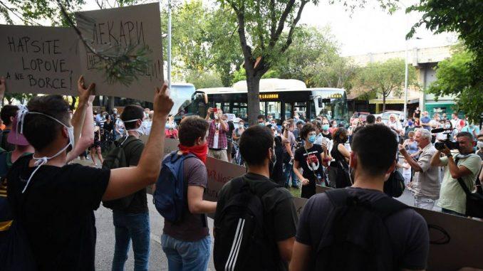 Protest zbog policijske represije ispred tužilaštva u Novom Sadu (VIDEO) 6