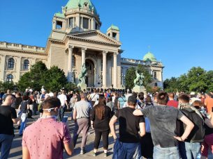 Policija rasterala demonstrante suzavcima i oklopnim vozilima iz centra Beograda (VIDEO, FOTO) 7
