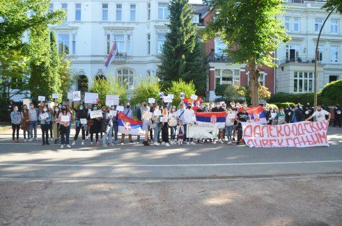 Protest ispred konzulata Srbije u Hamburgu (FOTO, VIDEO) 7