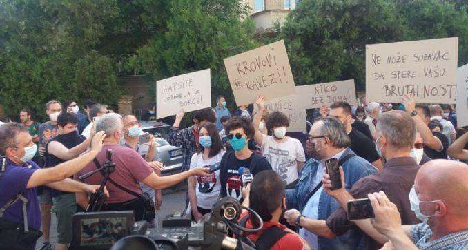 Održan protest ispred CZ-a, Đilas napustio skup posle skandiranja mase (VIDEO) 3