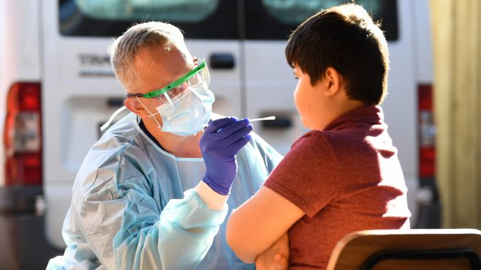 U svetu od korona virusa umrlo najmanje 560.425 ljudi, zaraženo preko 12 i po miliona 6
