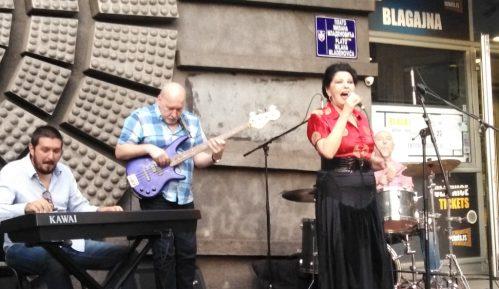 Na platou ispred Doma omladine održan koncert Beti Đorđević & Trio 1