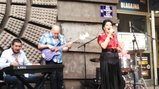 Na platou ispred Doma omladine održan koncert Beti Đorđević & Trio 3