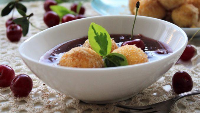 Recept nedelje: Mamaljuga knedle u sosu od višanja 5